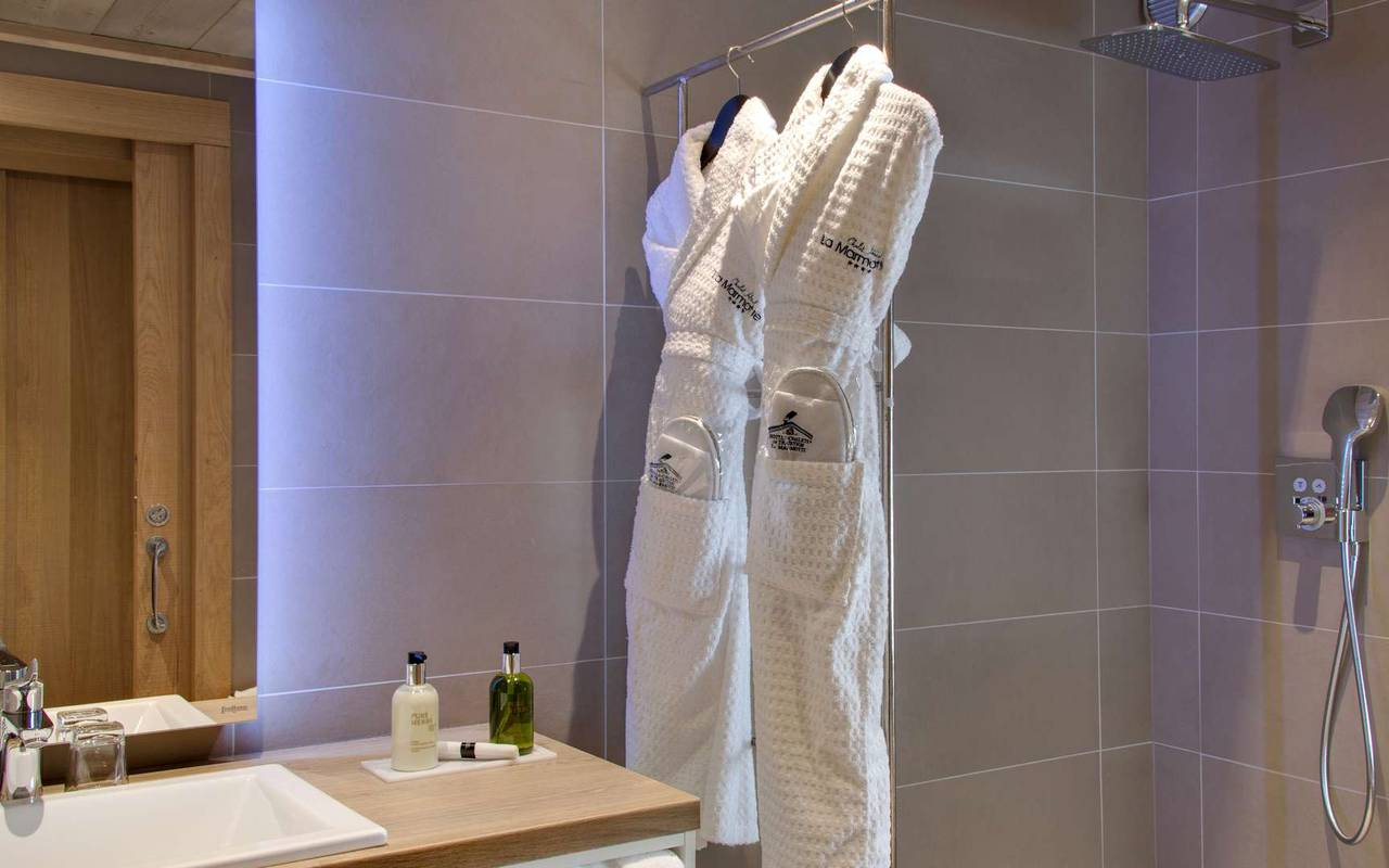 shower bathrobe hotel les gets